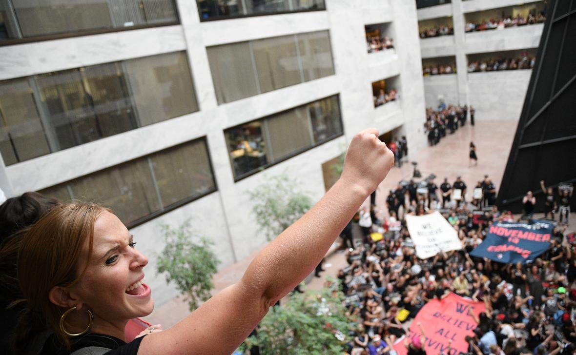 Protest proti Kavanaughovi v senátní budově