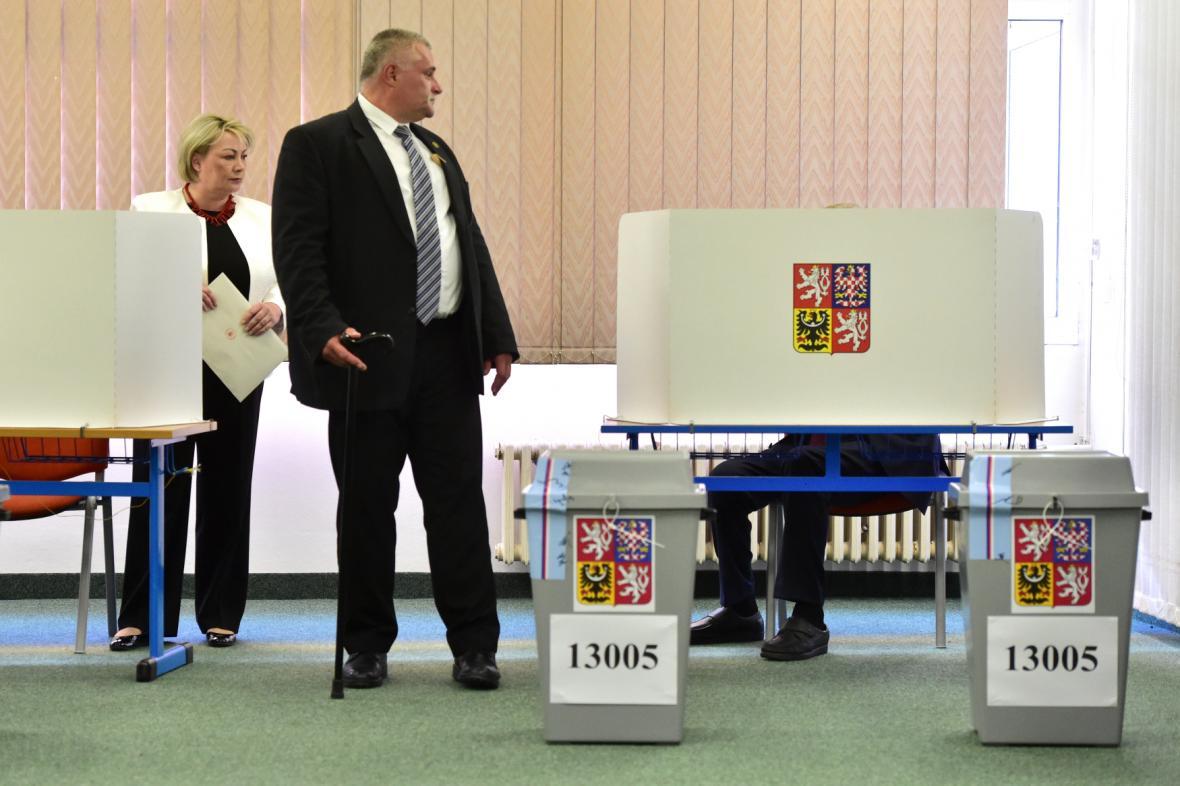 Prezident s manželkou a doprovodem ve volební místnosti