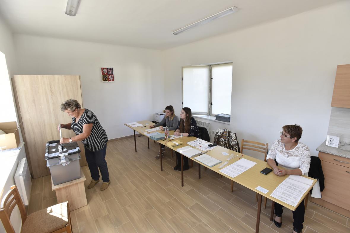 Volební místnost v Ptení na Prostějovsku