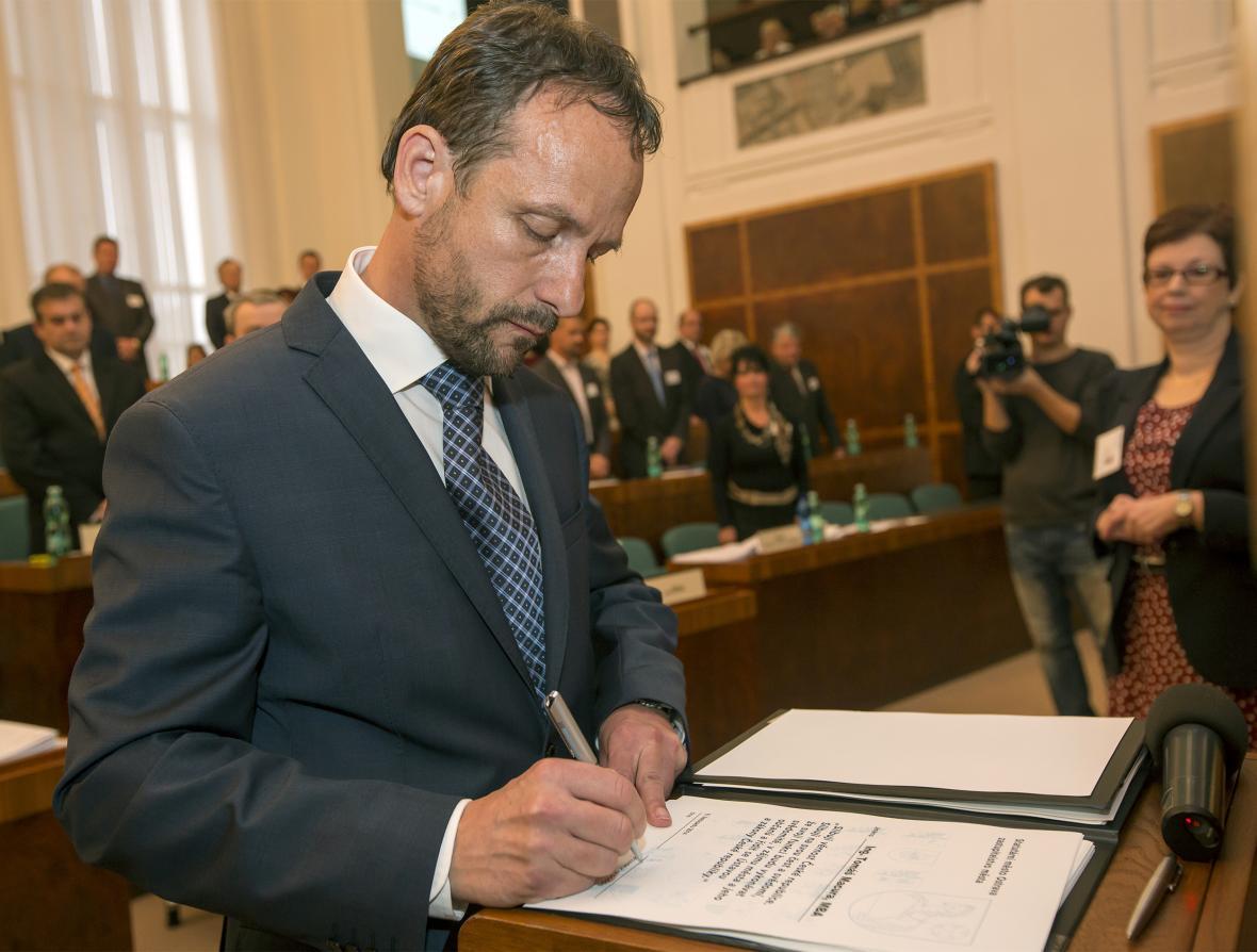 Tomáš Macura při podpisu slibu zastupitele v roce 2014