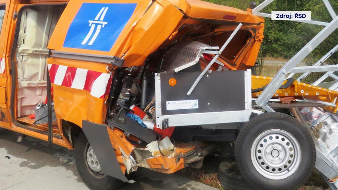 Při srážce na konci srpna vmáčklo osobní auto přívěs dovnitř dodávky