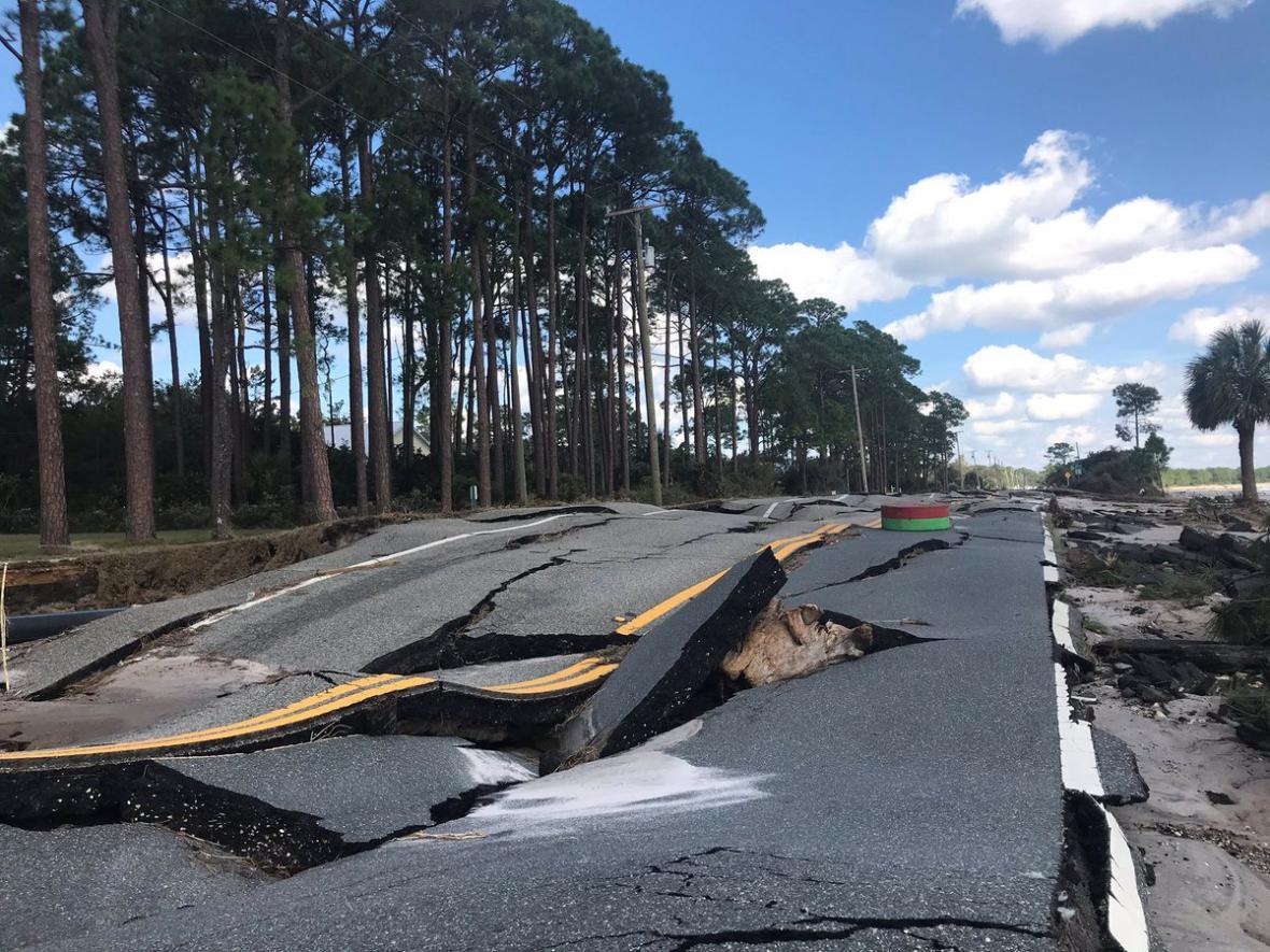 Zničená silnice v Carrabelle na Floridě