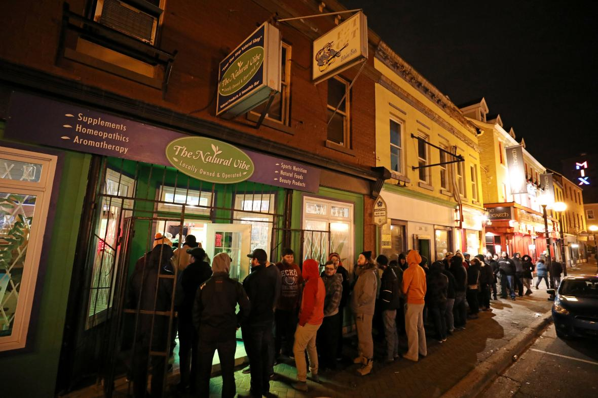 Fronta před jedním z kanadských obchodů s marihuanou