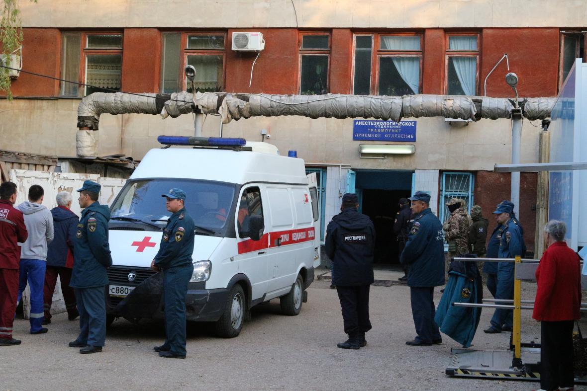 Policie asistuje při převozu zraněných