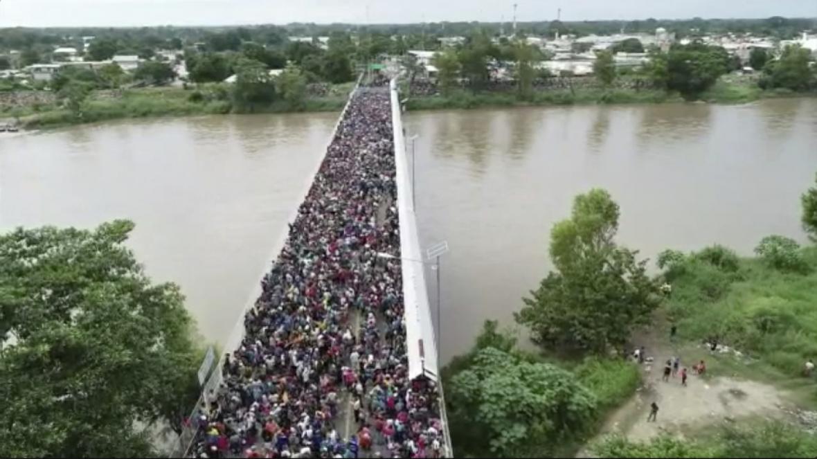 Proud migrantů na hraničním mostě mezi Mexikem a Guatemalou