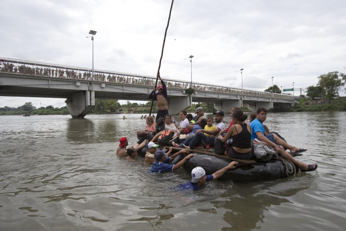 Řeku se snaží překonat i na improvizovaných vorech