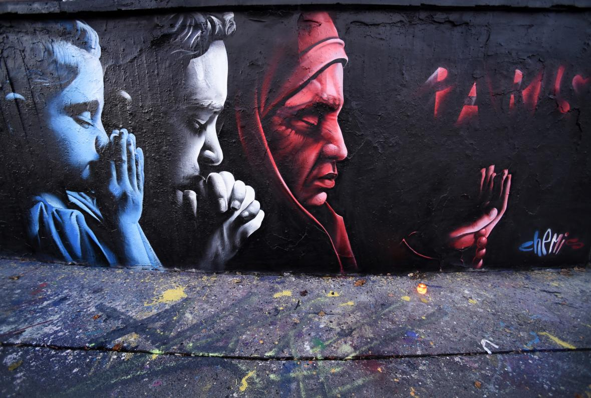 Graffiti umělce s pseudonymem ChemiS k teroristickým útokům v Paříži