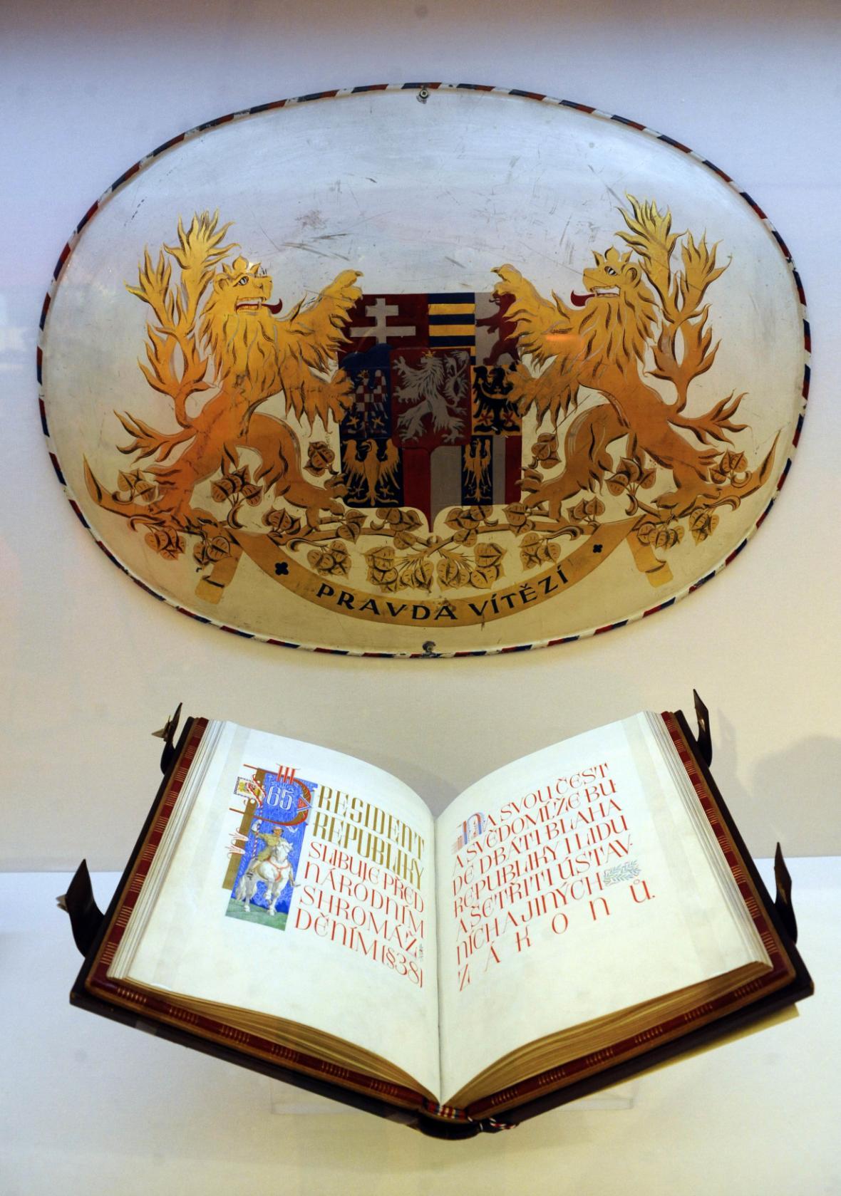 Ústavní listina Československé republiky z roku 1920 se slibem prezidenta republiky a velký státní znak ČSR