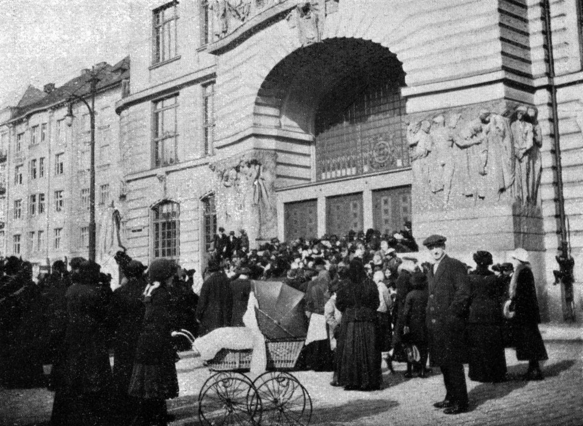 Fronta na mouku v Praze v roce 1916
