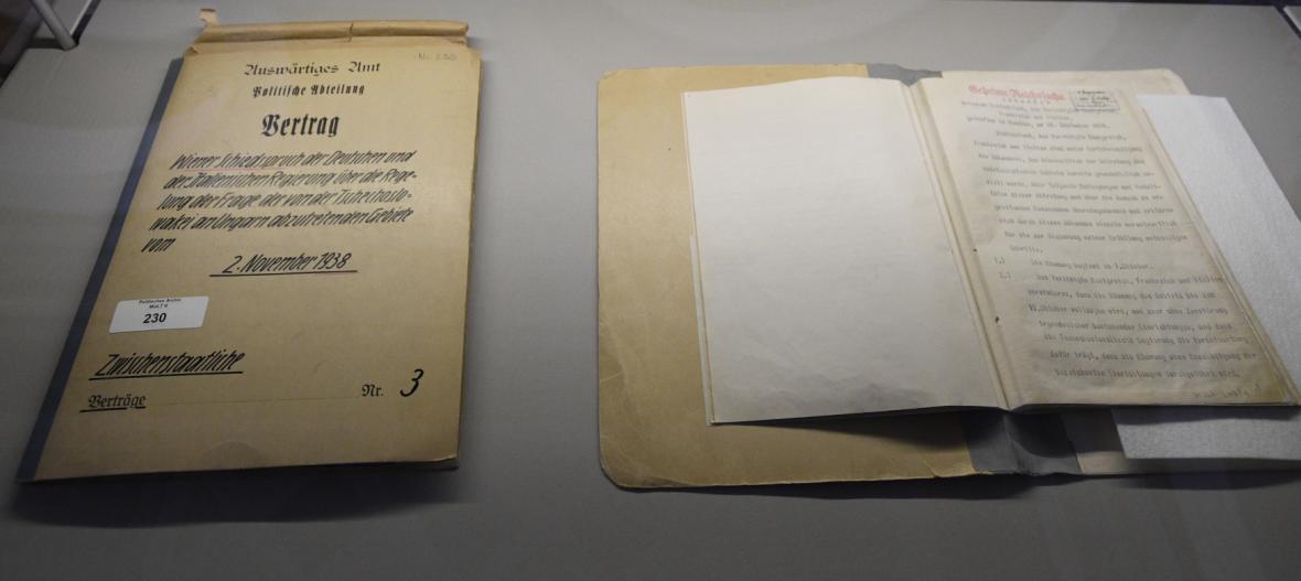 Vídeňská arbitráž (vlevo) a mnichovská dohoda (vpravo)