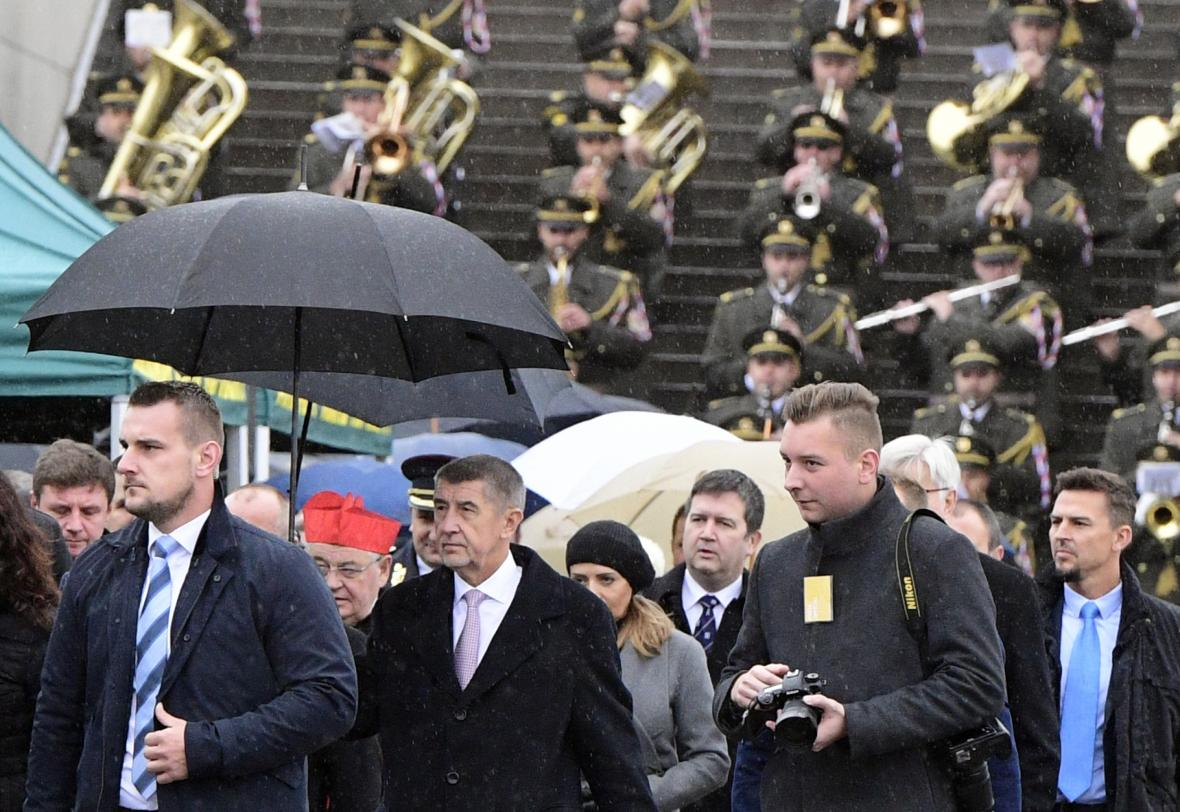 Premiér Andrej Babiš (vpředu druhý zleva), kardinál Dominik Duka (v červené čepici) a ministr vnitra Jan Hamáček (třetí zprava)
