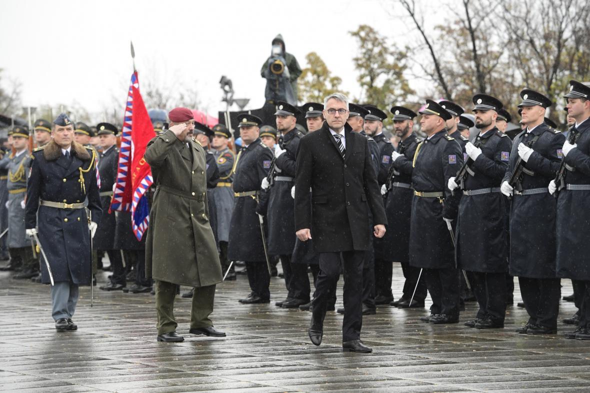 Ministr obrany Lubomír Metnar (vpravo vpředu)