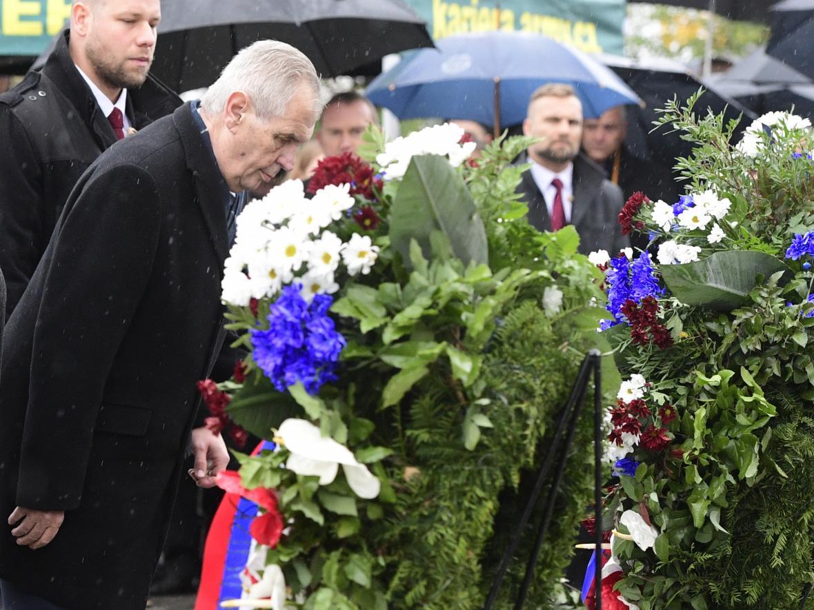 Prezident ČR Miloš Zeman (vlevo) při kladení věnců na pietním aktu