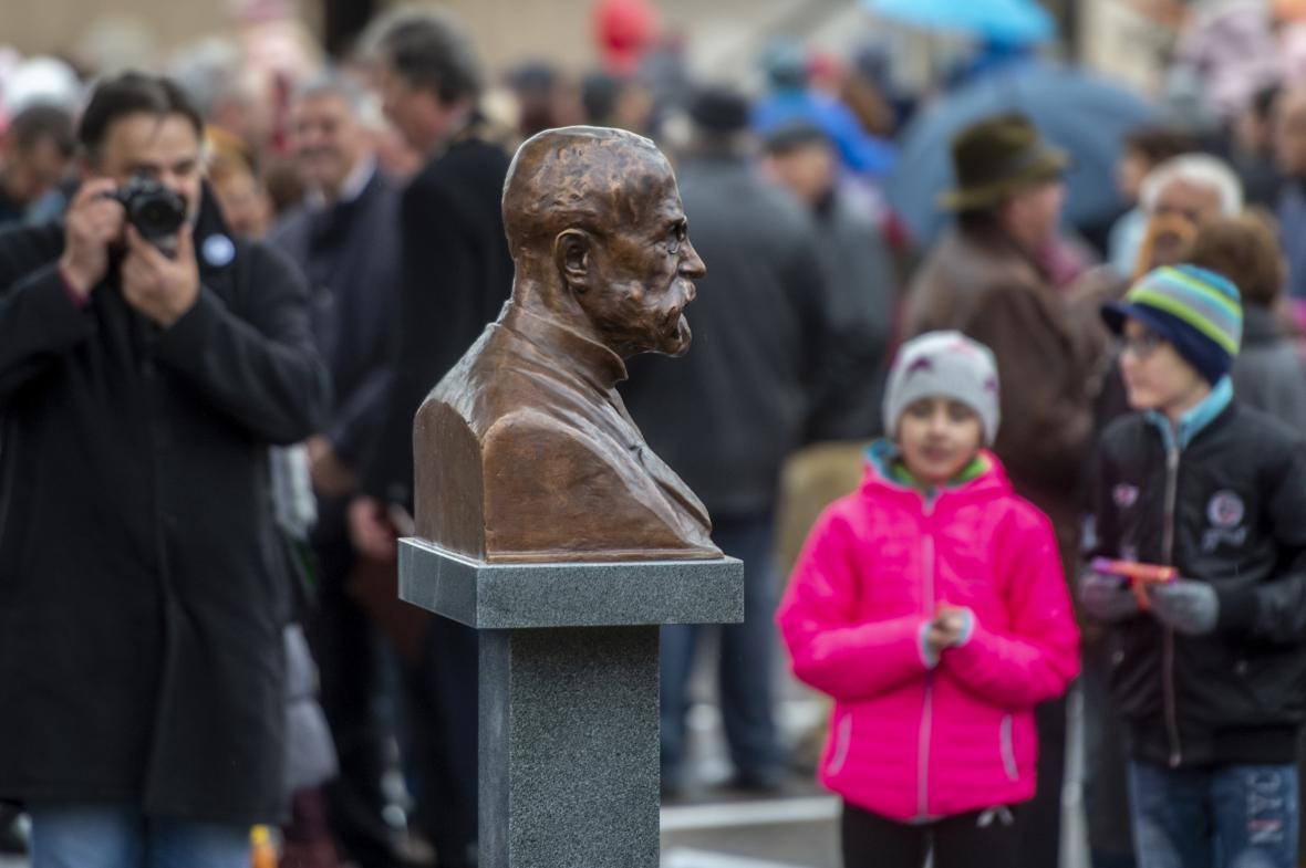 Busta prvního československého prezidenta Tomáše Garrigua Masaryka, kterou odhalili 28. října 2018 na opraveném Mírovém náměstí v Týništi nad Orlicí na Rychnovsku