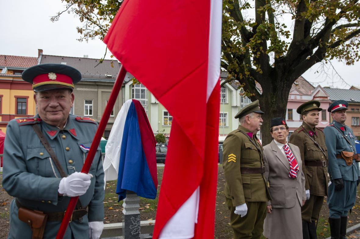 Lidé v prvorepublikových uniformách v Týništi nad Orlicí