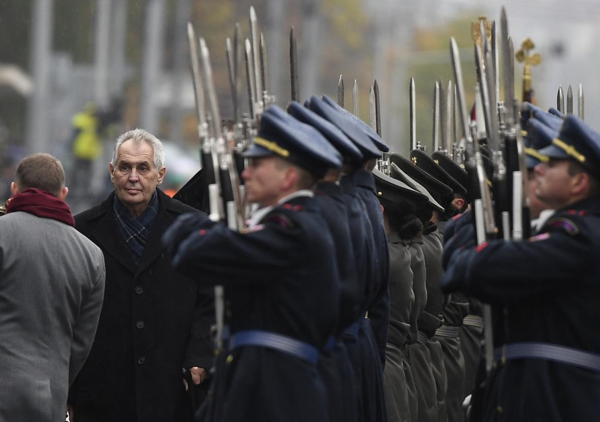 Prezident Miloš Zeman na vojenské přehlídce v Praze na Evropské třídě