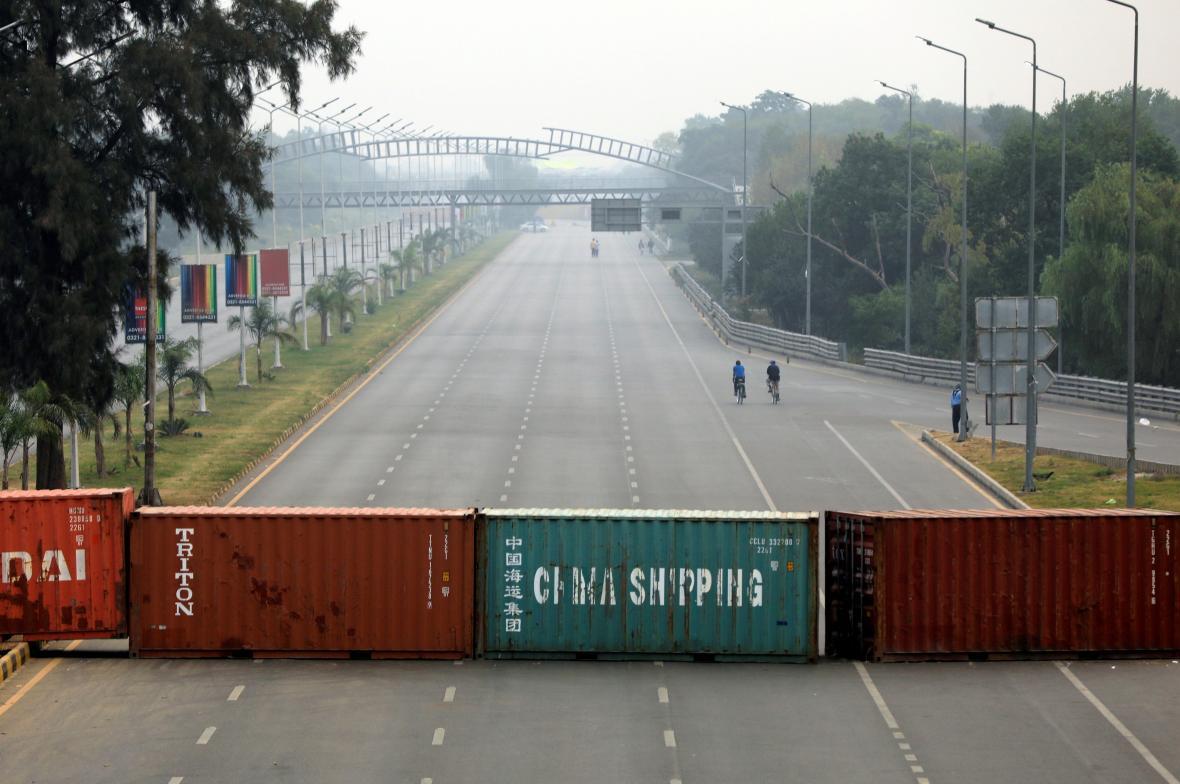 Pákistánské úřady nechaly ulice kvůli protestům zablokovat kontejnery