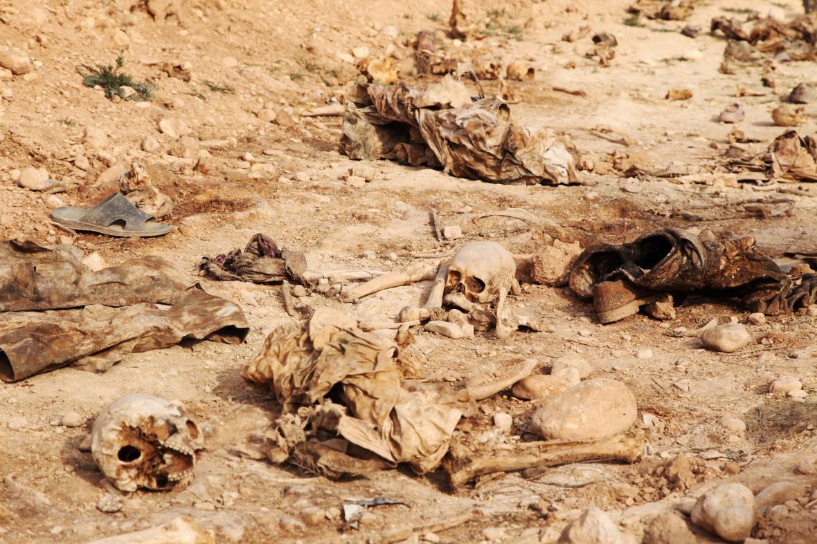 Oběti teroristů z IS exhumované z masových hrobů v Iráku