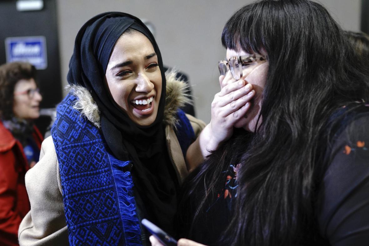 Nově zvolené kongresmanky Ilhan Omarová a Abby Finkenauerová