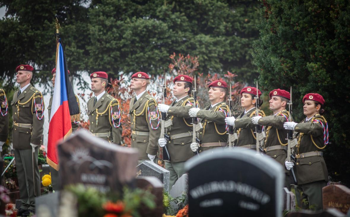 Poslední rozloučení s Tomášem Procházkou s vojenskými poctami na hřbitově v Prachaticích