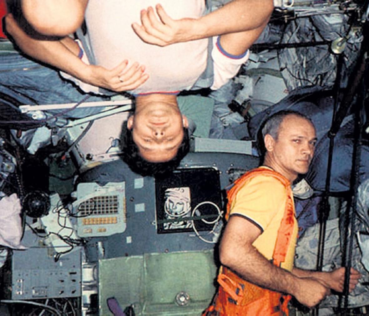 Savinych (hlavou dolů) a Džanibekov (vpravo) při cvičení