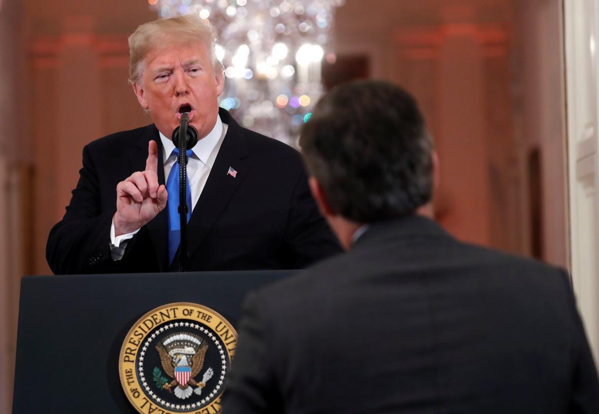 Donald Trump během sporu s reportérem CNN Jimem Acostou