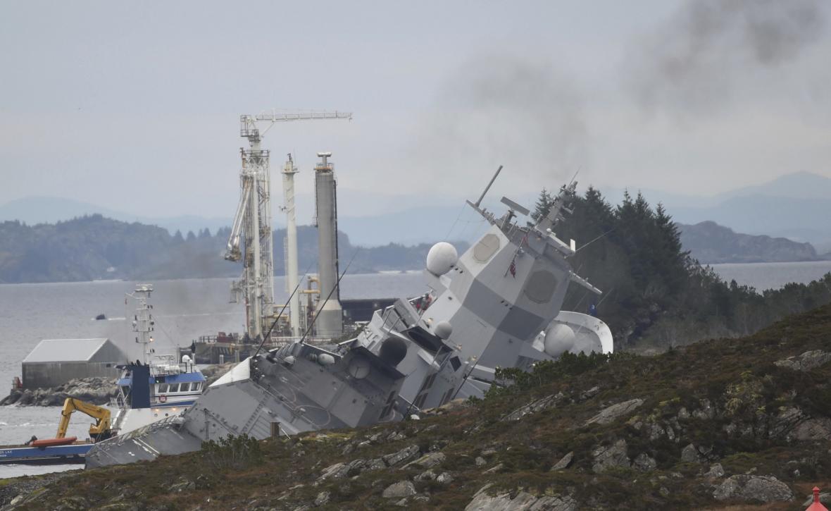 Poškozená norská fregata Helge Ingstad