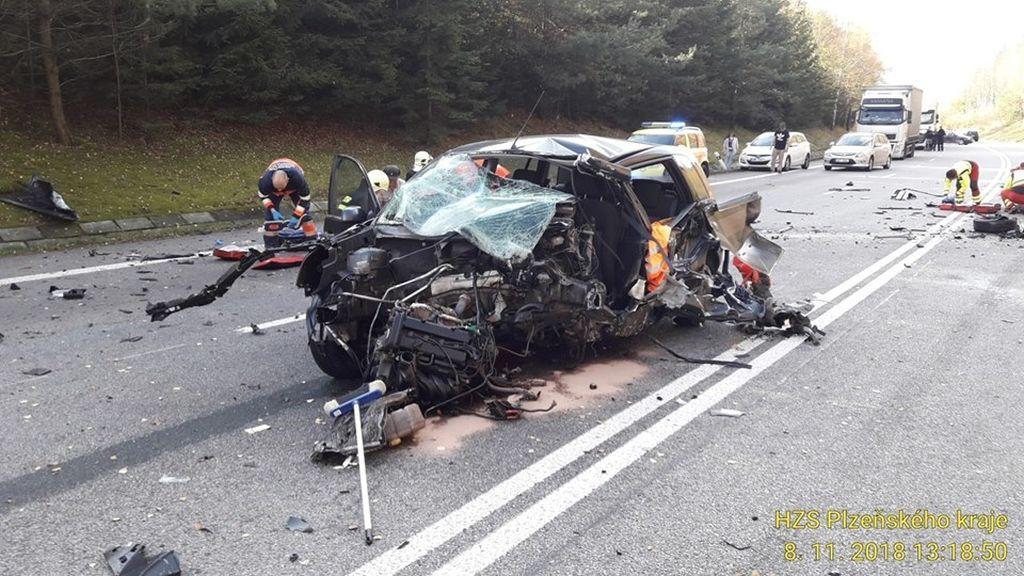 Při srážce dvou aut u Číhaně na Klatovsku zemřeli dva lidé