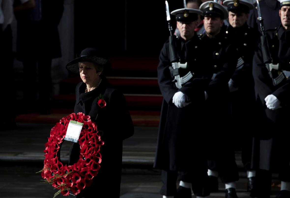 Britská premiérka Theresa Mayová u památníku Cenotaph
