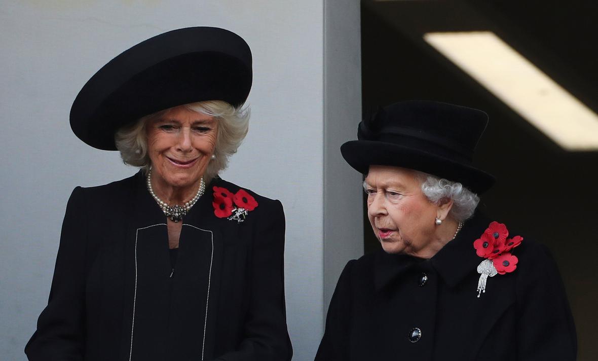 Královna Alžběta II. s Camillou během oslav konce války