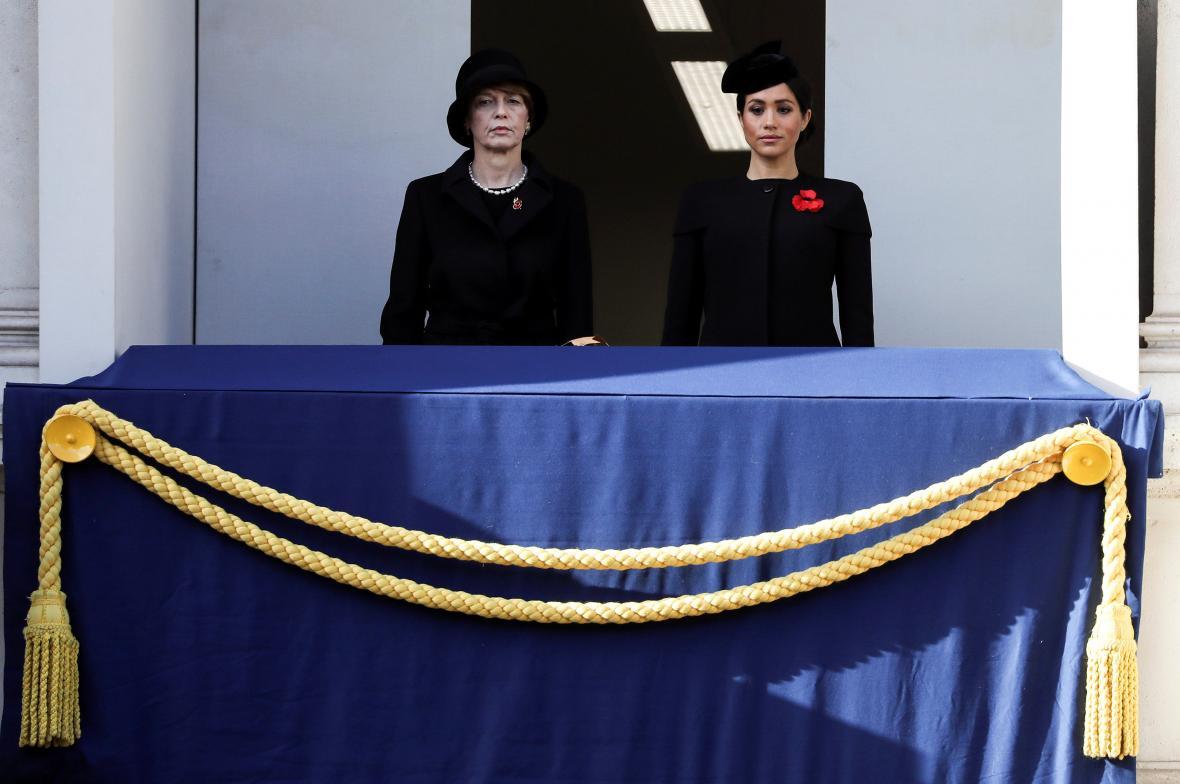 Ceremonii sledovala rovněž manželka prince Harryho - Meghan (vpravo)
