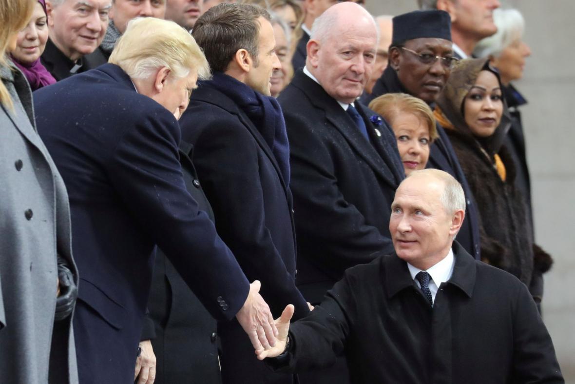 Prezidenti Trump a Putin si v Paříži podali ruku