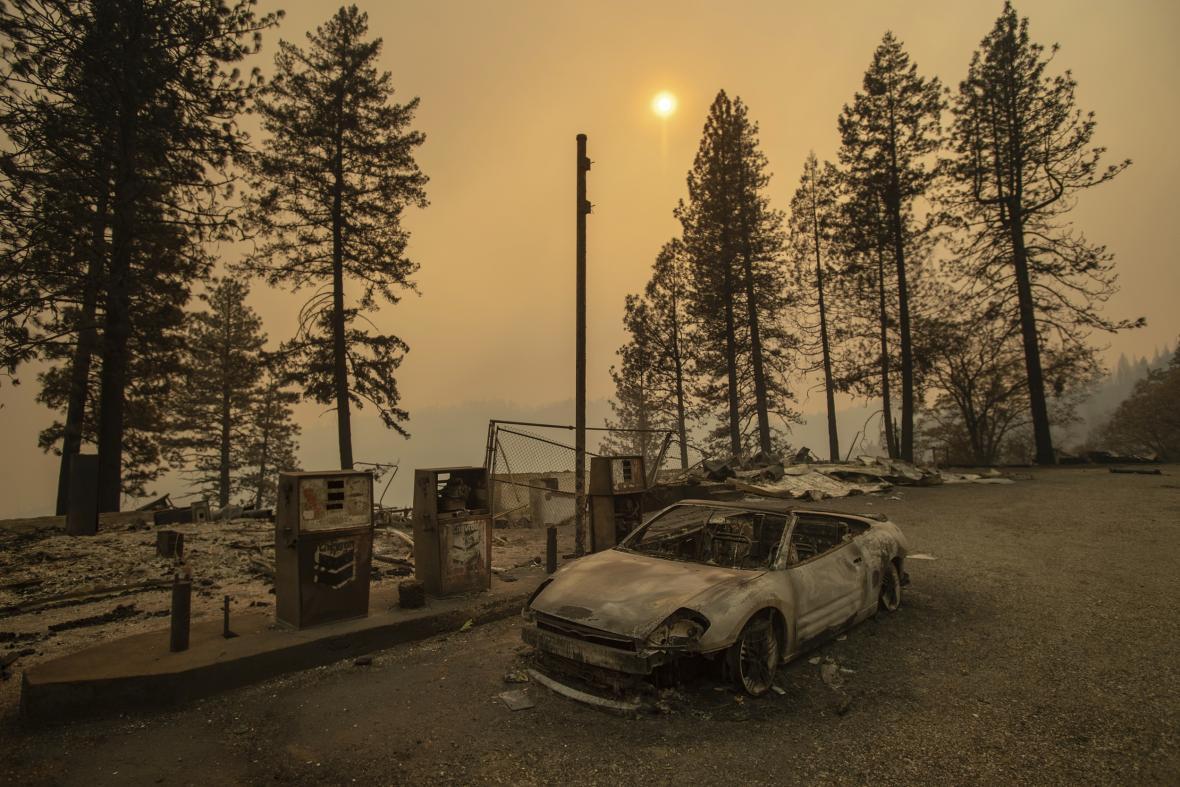 Žijeme v době, kdy se abnormální věci stávají novou normou, komentoval smrtící požáry v Kalifornii guvernér