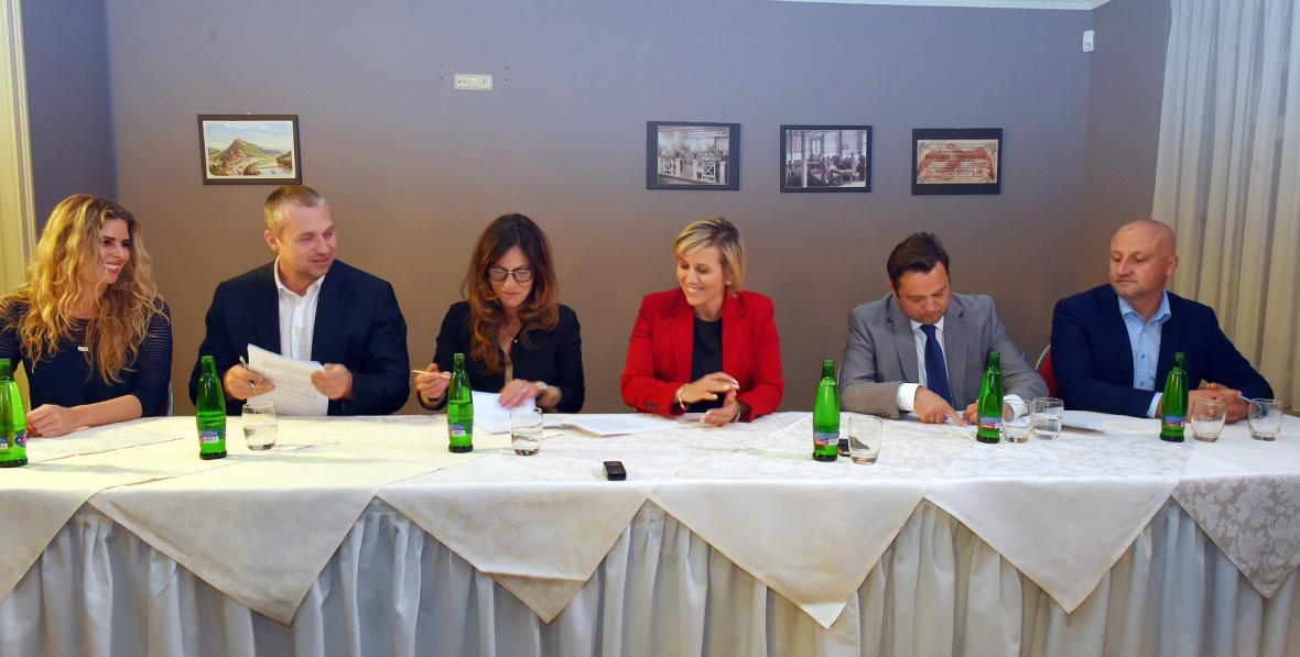 Zástupci ANO, Karlovaráků a ODS podepsali 15. října 2018 koaliční smlouvu
