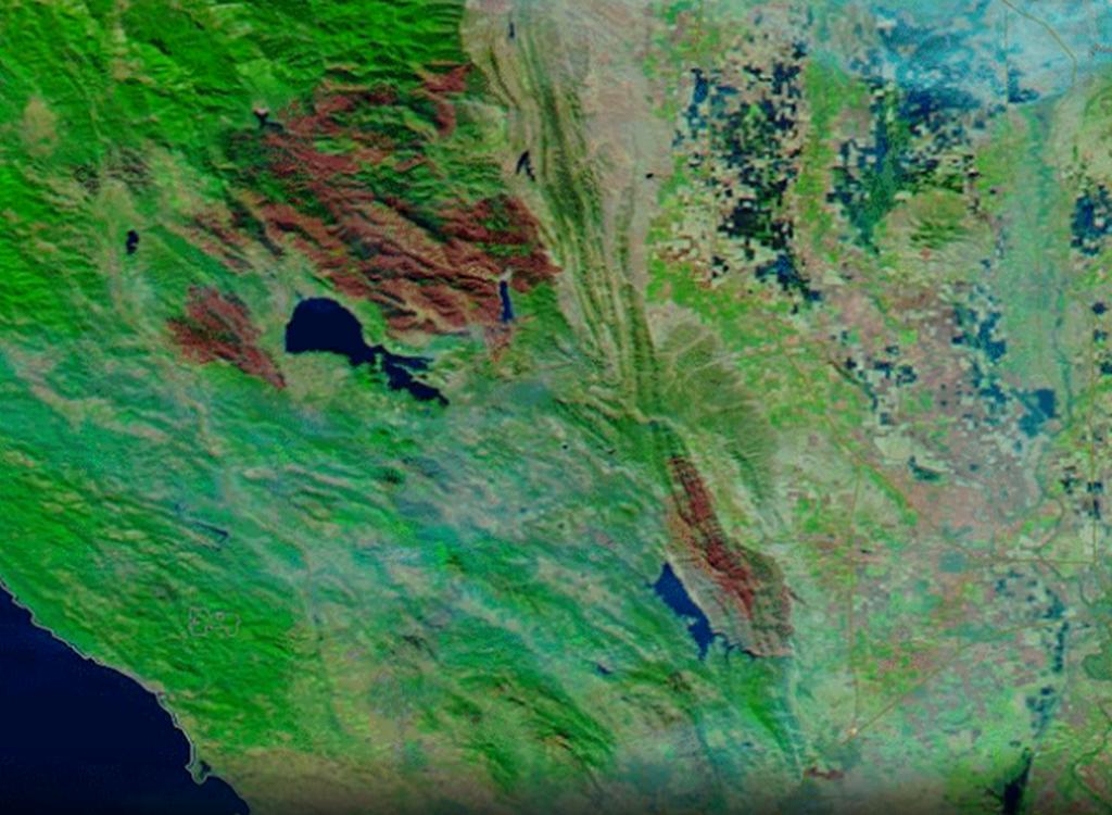 Oblasti požárů Mendocino Complex (severněji) a County Fire (jihovýchodně) (12. listopadu)