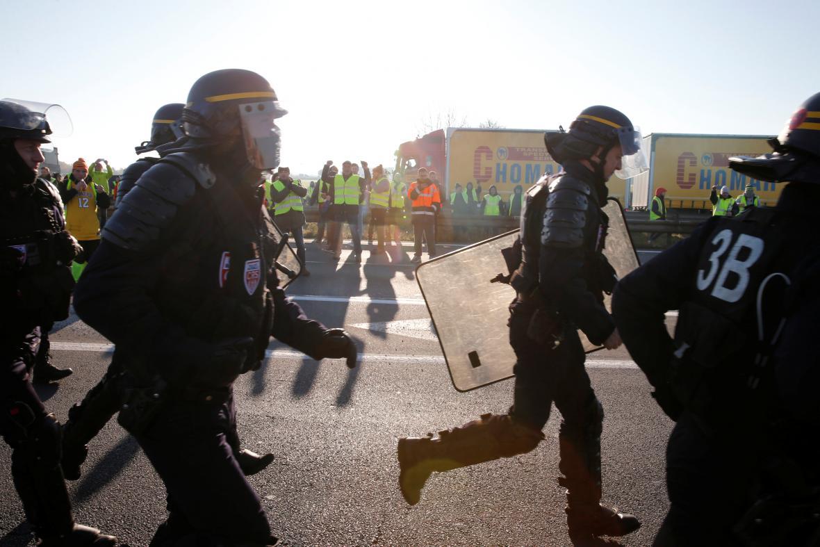 Policie u blokády silnice ve francouzském Haulchinu