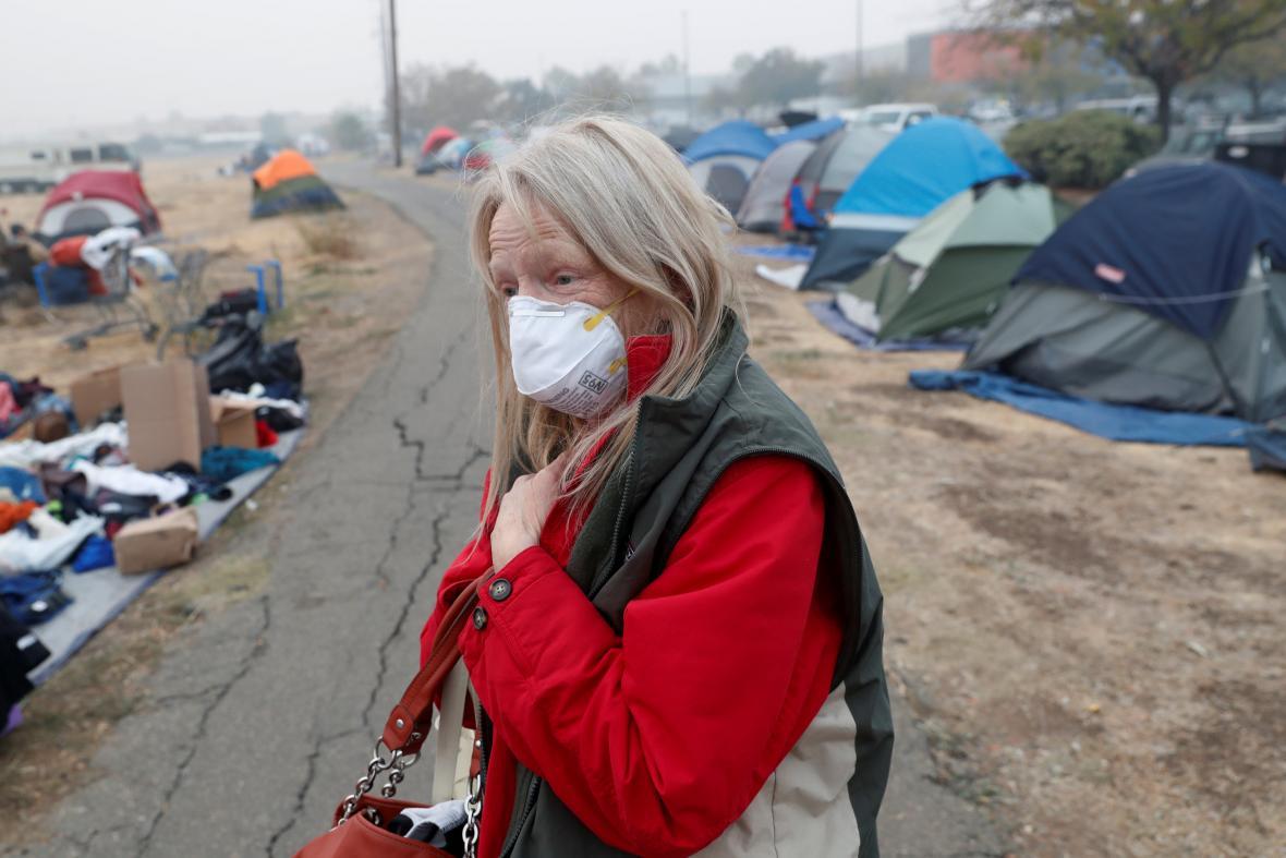Evakuovaní lidé z města Paradise, které takřka celé shořelo
