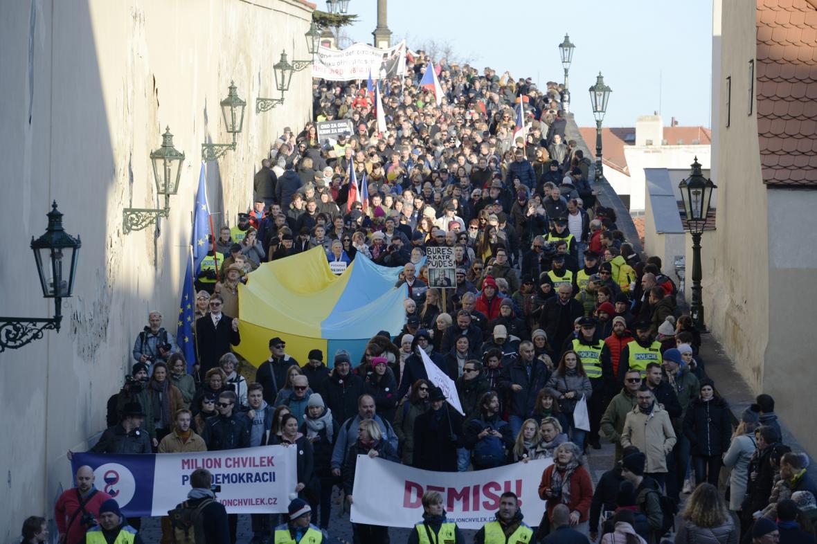 Z Hradčanského náměstí se vydal protestní průvod směrem na Staroměstské náměstí