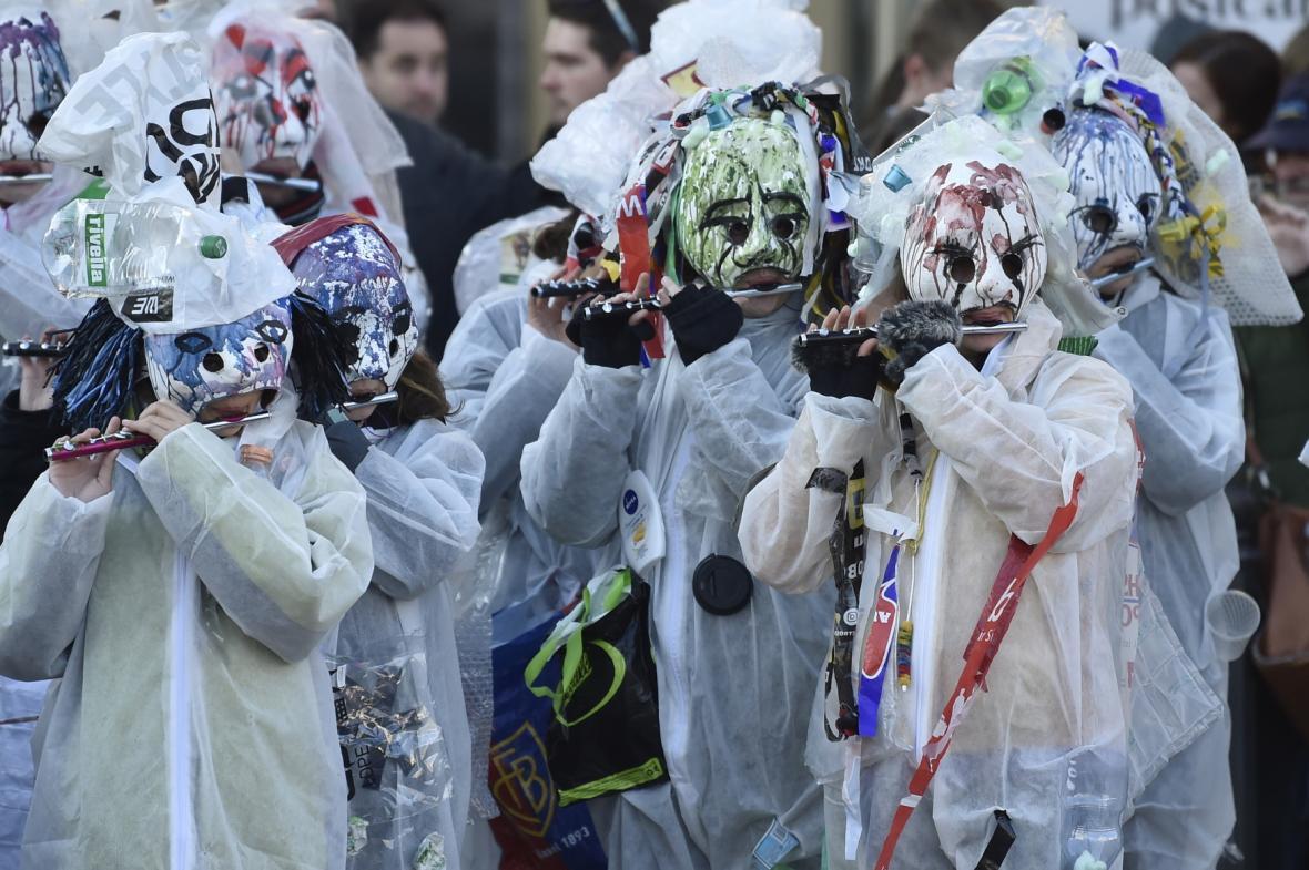Z náměstí Republiky v Praze vyšel 17. listopadu 2018 satirický karnevalový průvod masek Sametové posvícení na Kampu, Národní třídu a zpět