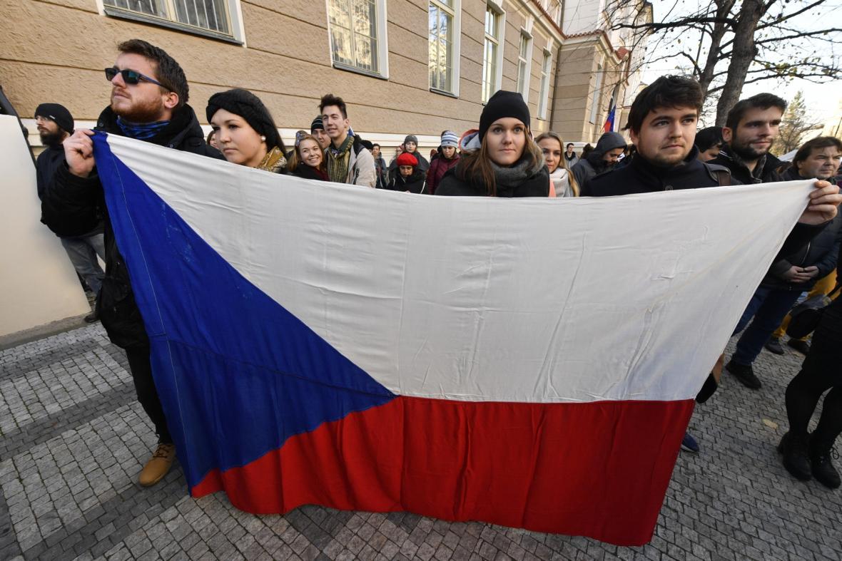 Na pražském Albertově si lidé 17. listopadu 2018 připomněli výročí shromáždění studentů a pochodu na Národní třídu 17. listopadu 1989