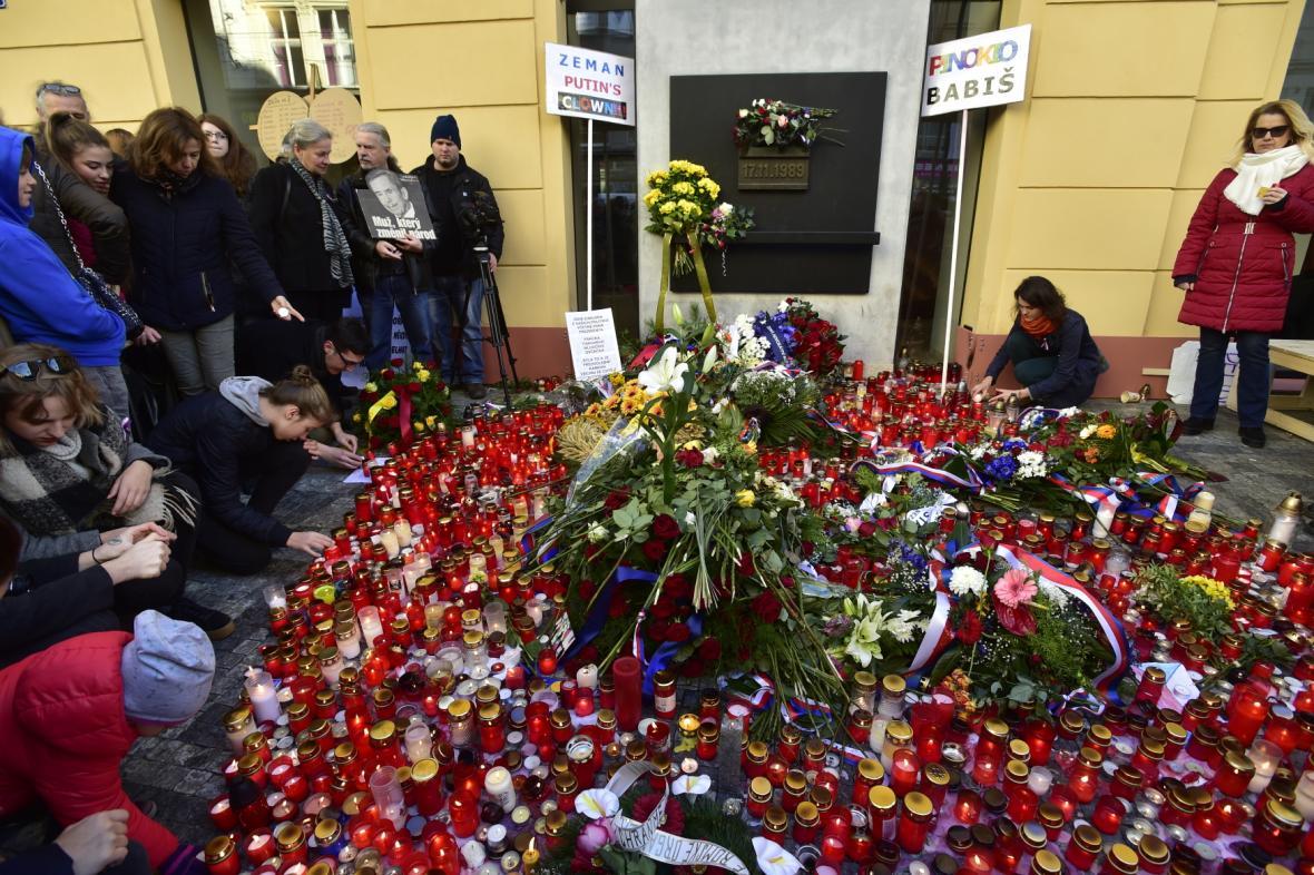 Lidé přinášeli 17. listopadu 2018 květiny a zapalovali svíčky na Národní třídě v Praze u pamětní desky připomínající události v roce 1989