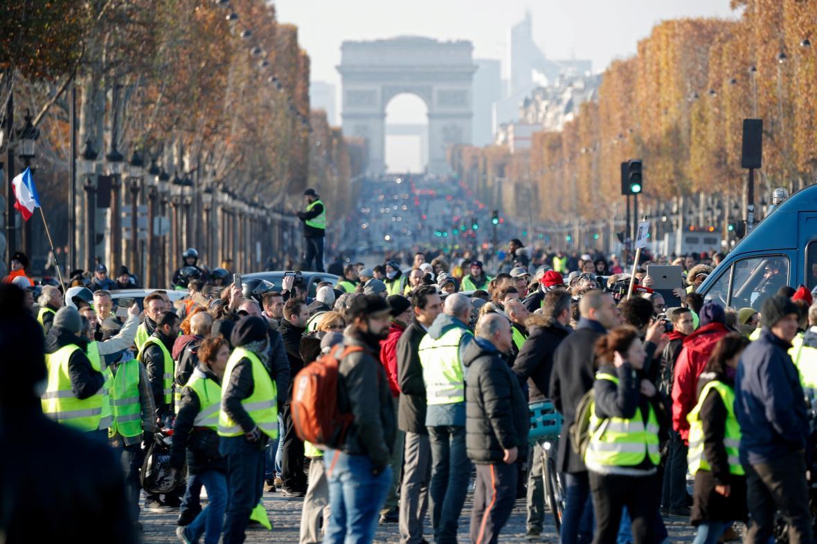 Demonstrace proti zvyšování cen pohonných hmot na pařížské třídě Champs-Elysées