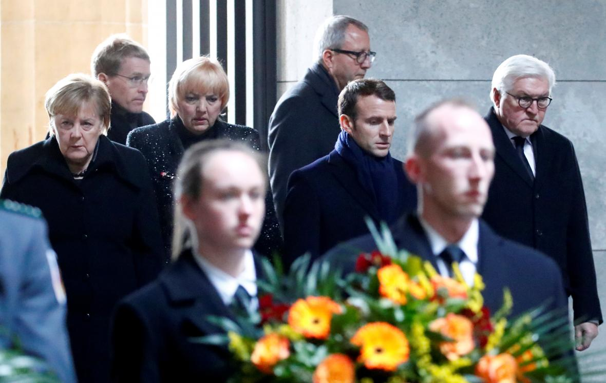 Angela Merkelová, Emmanuel Macron a Frank-Walter Steinmeier v památníku Neue Wache