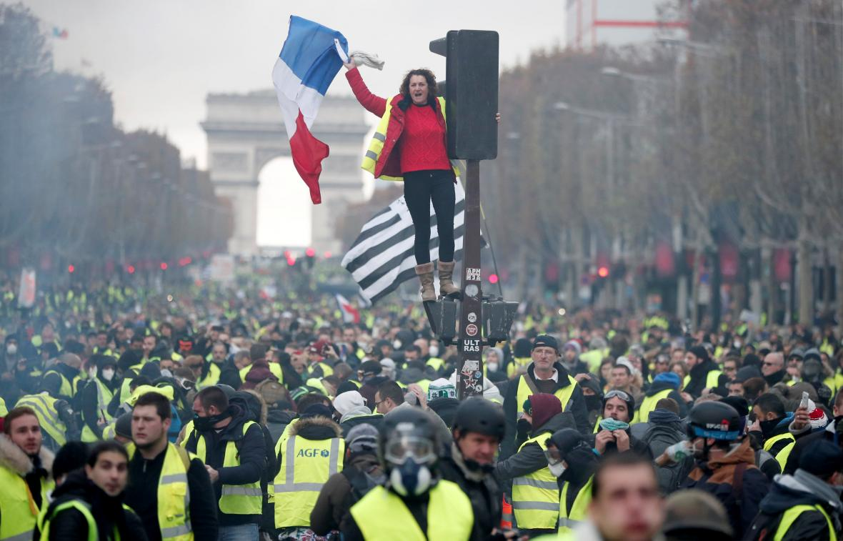 Pařížskou hlavní třídu zaplavily takzvané žluté vesty