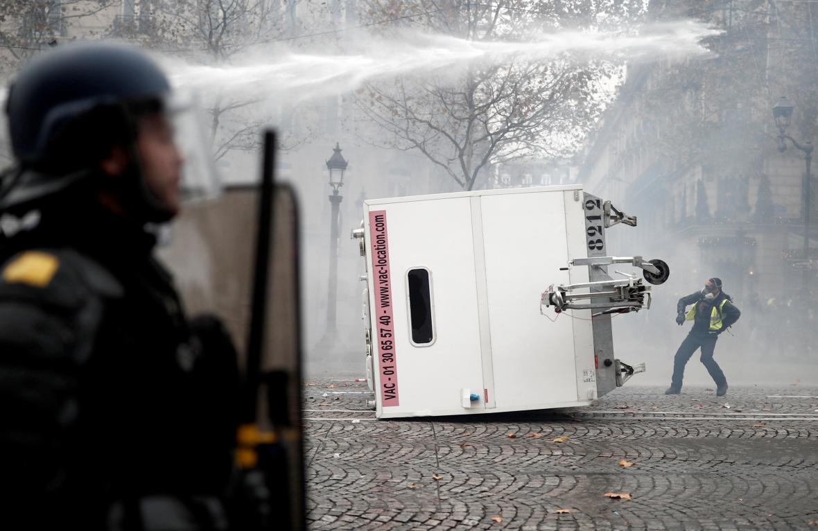 Policie zasáhla proti demonstrantům v Paříži