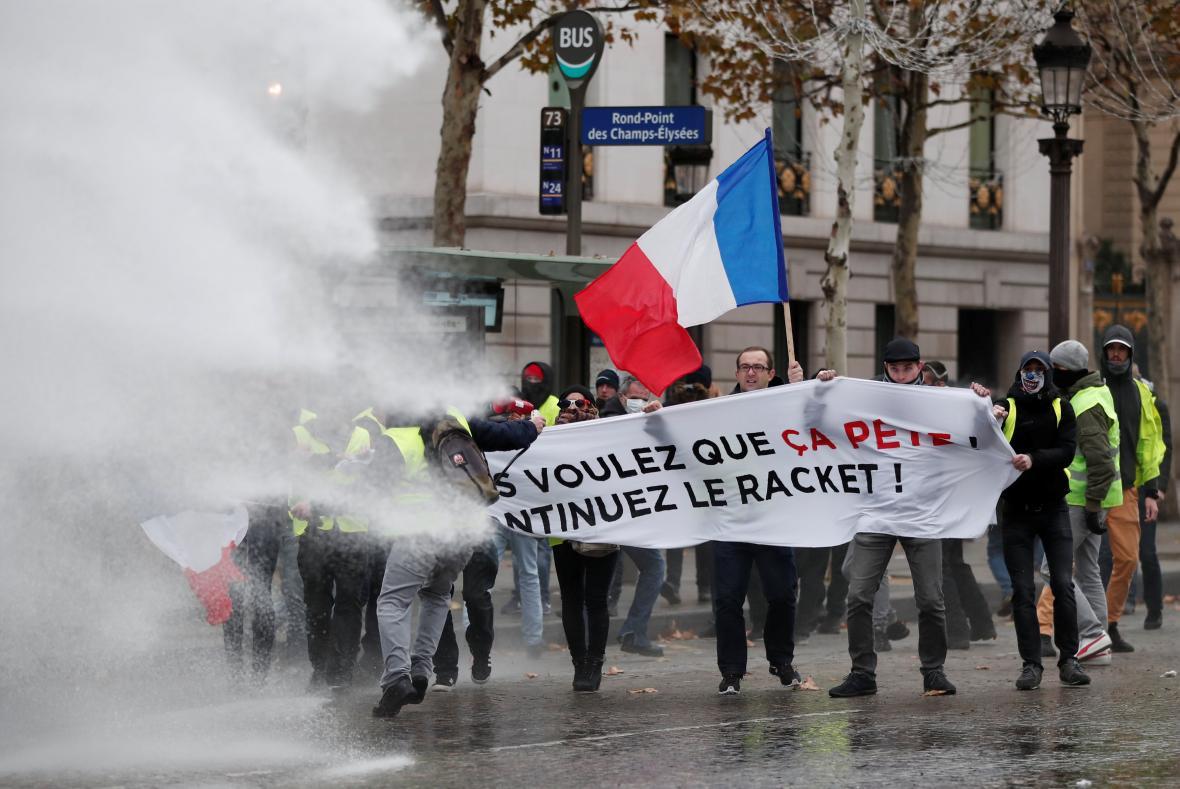 Policie nasadila proti protestujícím vodní děla