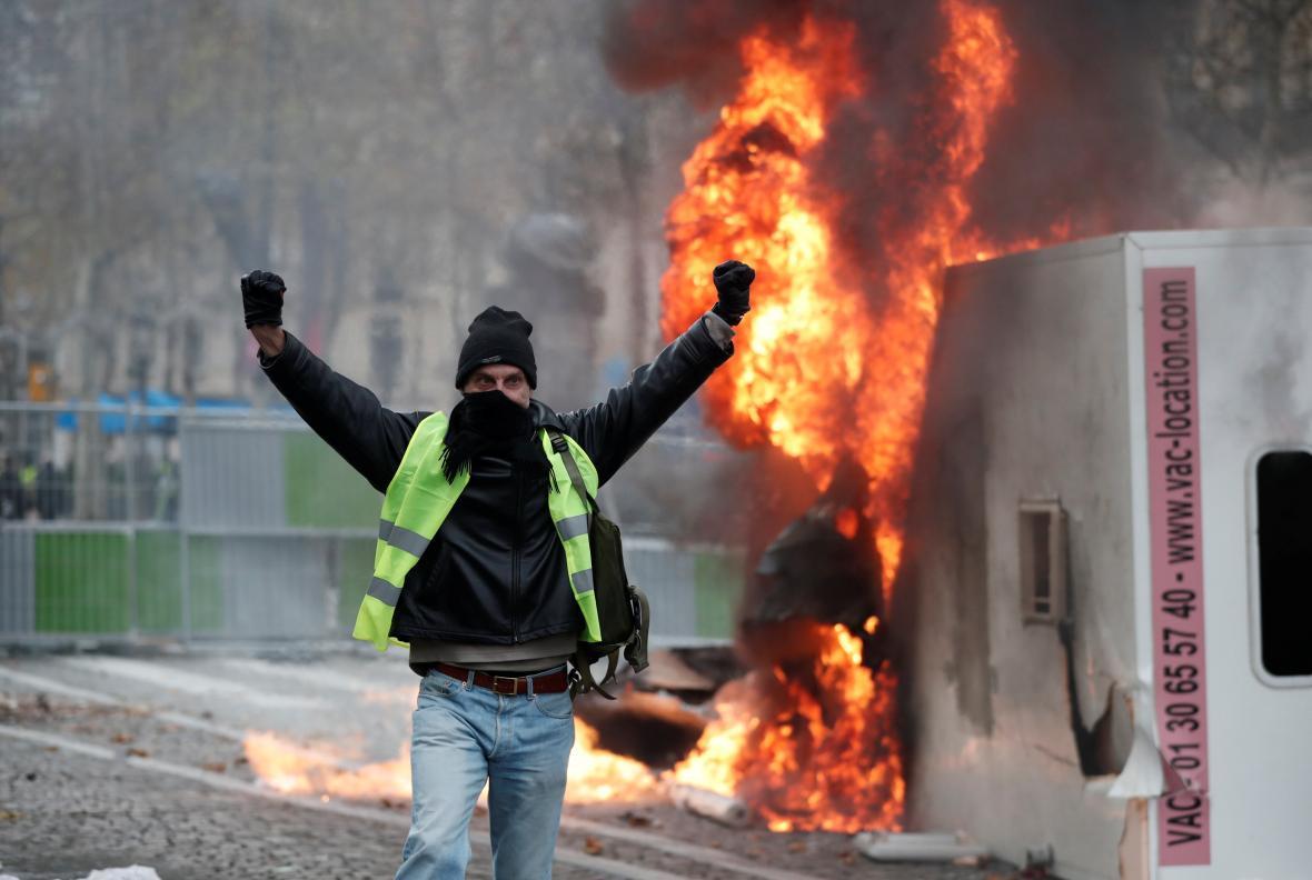 V Paříži vzplály barikády