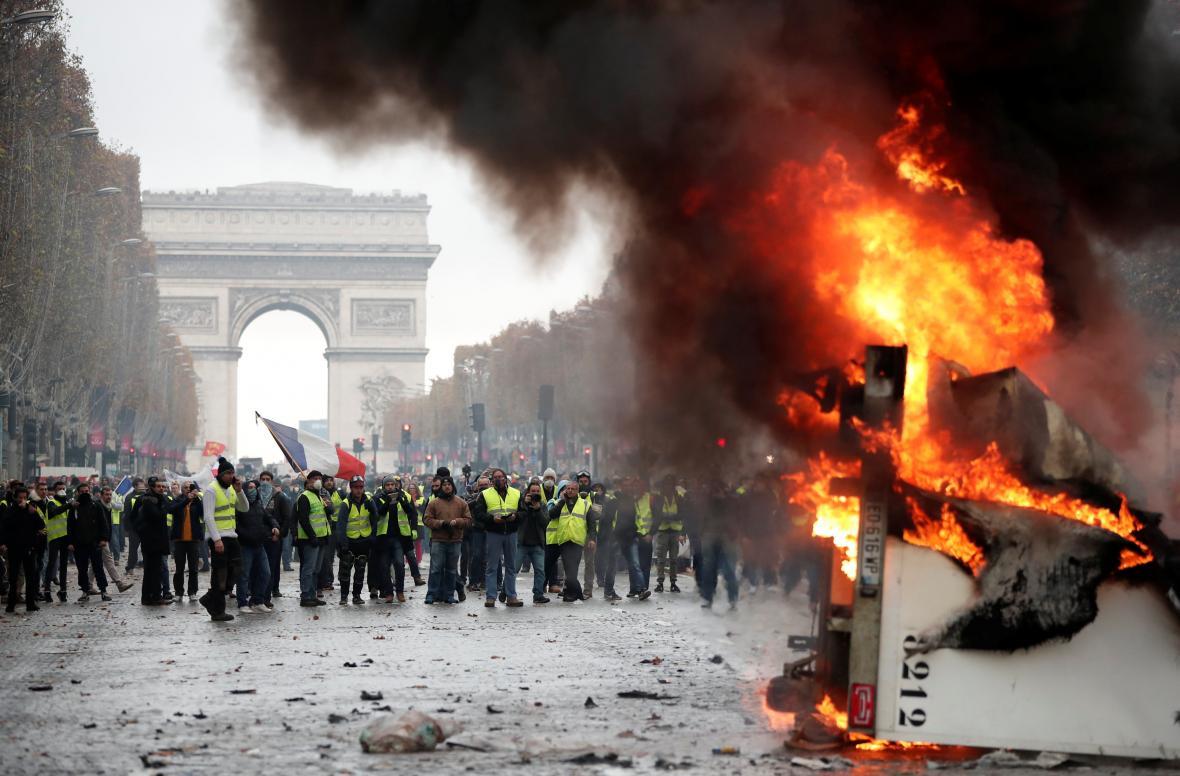 Hořící barikády na pařížské hlavní třídě