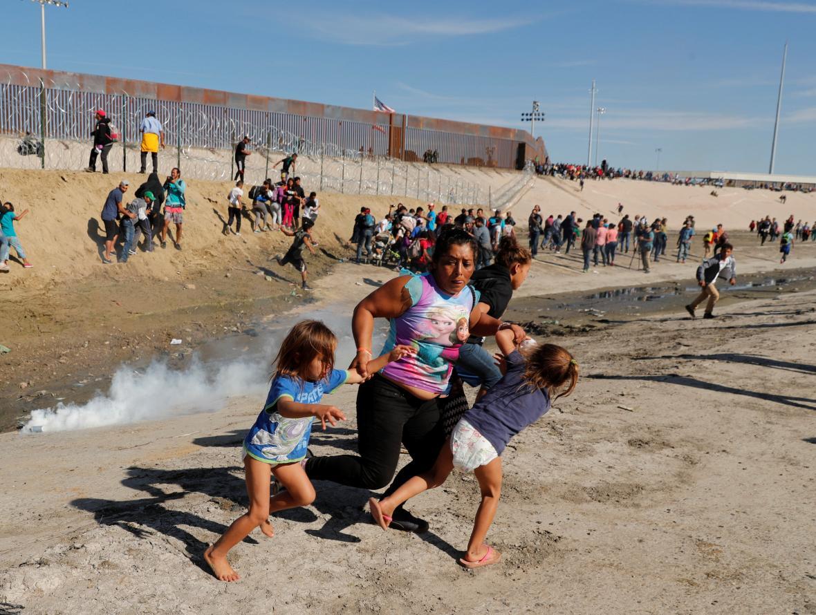 Migranti prchají před slzným plynem na mexicko-americké hranici