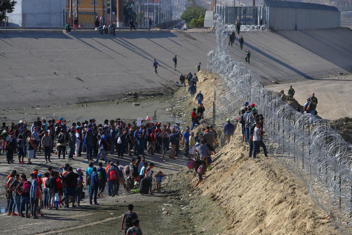 Stovky migrantů na mexicko-americké hranici